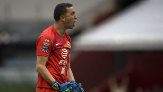 Agustín Marchesín festeja un gol del América vs Pumas