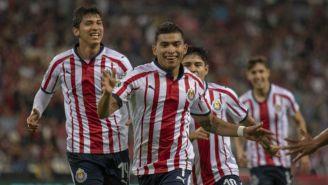 Jugadores de Chivas festejan un gol frente al Atlas