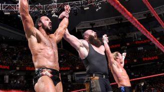 Ziggler, Strowman y McIntyre posan con las manos levantadas