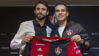 Rafa Márquez y Nicolás Pareja posan con la playera del Atlas