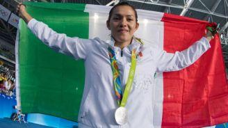 María Espinoza sostiene con alegría la bandera de México