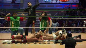 Los Ingobernables posan en el centro del ring