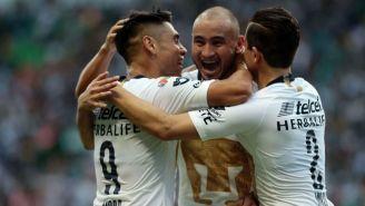 Jugadores de Pumas festejan uno de los goles
