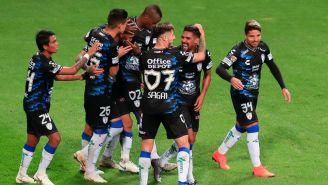Jugadores de Pachuca celebran anotación frente a Chivas