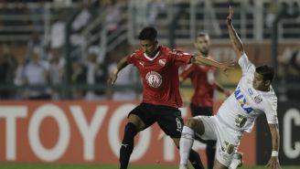 Maximiliano Meza con Independiente en un juego de Libertadores vs Santos