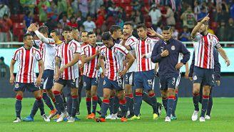 Jugadores de Chivas se lamentan tras una derrota en el Estadio Akron