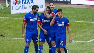 Jugadores de Cruz Azul festejan un gol contra Veracruz