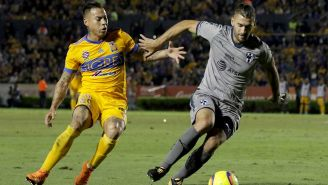 Edu Vargas y Nico Sánchez compiten por el balón