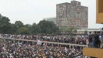 Jóvenes estudiantes protestas a las afueras de la UNAM