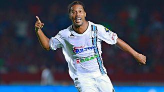 Ronaldinho celebra un gol con Gallos