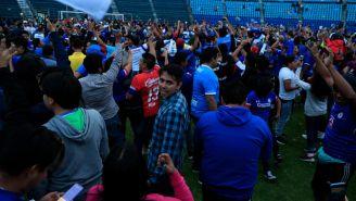 Aficionados, en la cancha del Estadio Azul