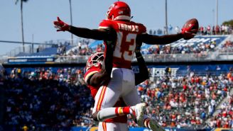 De'Anthony Thomas y Chris Conley celebran anotación de los Chiefs