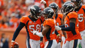 Jugadores de los Broncos celebran anotación contra Seattle