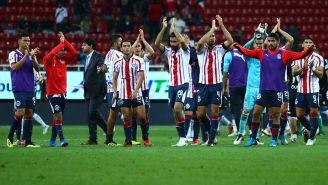 Jugadores de Chivas aplauden tras un partido
