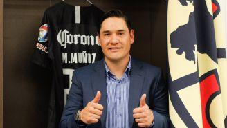 Moisés Muñoz, posa con su playera del América