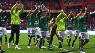 Jugadores de León festejan con su afición
