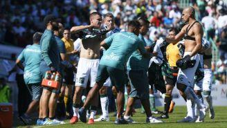 Santos se cambia de playera durante el partido