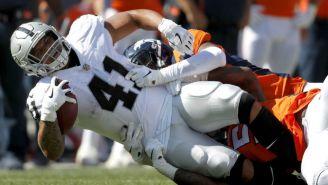 James Dockery siendo tackleado por los Broncos