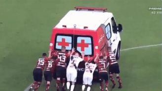 Jugadores empujando la ambulancia