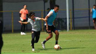 Lainez disputa un balón en la práctica del América en Coapa