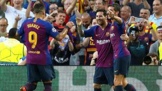 Jugadores del Barcelona festeja un gol contra el PSV