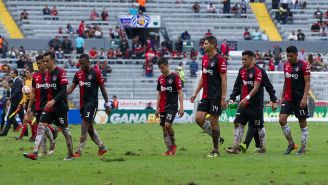 Jugadores del Atlas salen cabizbajos del Estadio Jalisco