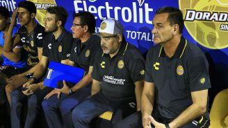 Maradona con el cuerpo técnico de Dorados en el banquillo