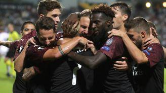 Jugadores del Milan celebran el gol con el Pipita