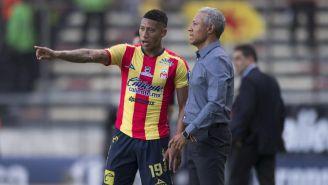 Roberto Hernández da indicaciones a sus jugadores en el duelo vs Pumas