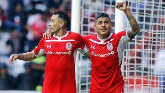 Sambueza y Ernesto Vega celebran un gol ante Necaxa