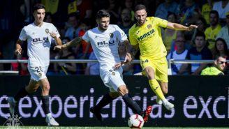 Layún disputa un balón en el juego contra Valencia