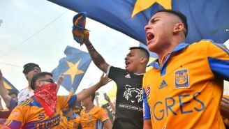Aficionados de Tigres reciben al equipo previo al Clásico Regio