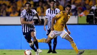 Rodolfo Pizarro conduce el balón en el Clásico Regio