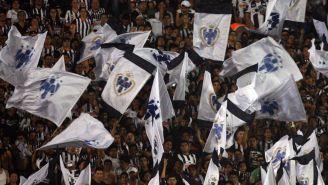 Miembros de la barra La Adicción en un partido de Monterrey