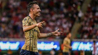 Brian Figueroa festeja un gol con Pumas