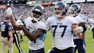 Jugadores de los Titan celebran un Touchdown