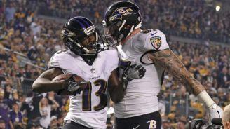 Jugadores de los Ravens celebran anotación