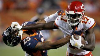 Kareem Hunt derriba a un defensivo de los Broncos
