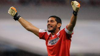 Jesús Corona festejando un gol de Cruz Azul
