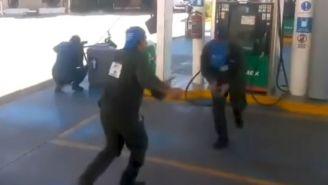 Los luchadores despachadores en la gasolinera
