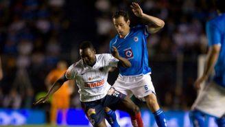 Gerardo Torrado disputa un balón con Walter Ayovi en la Final de A2009