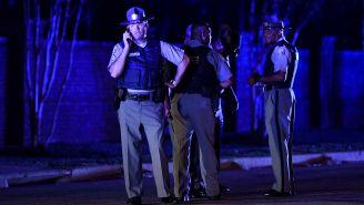 Oficial atiende llamada telefónica tras tiroteo