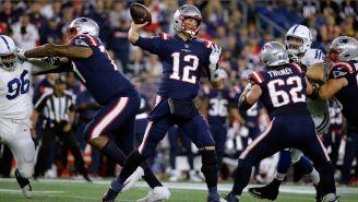 Tom Brady lanza un pase en el partido contra Colts
