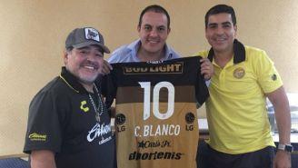 Cuauhtémoc Blanco y Maradona posan con playera de Dorados