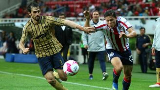 Alejandro Arribas lucha por el esférico contra Godínez