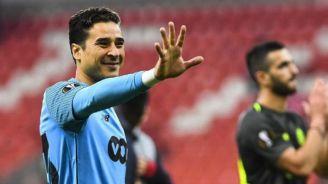 Memo Ochoa saluda tras un juego del Standard