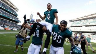 Jugadores de Eagles levantan a Jake Elliott tras largo gol de campo