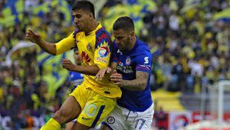 Cecilio y Méndez pelean un balón en un Clásico Joven