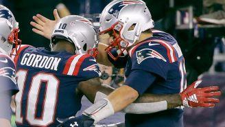 Tom Brady festeja con Josh Gordon un touchdown