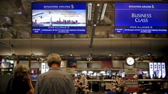 Pasajeros viajando en Singapore Airlines